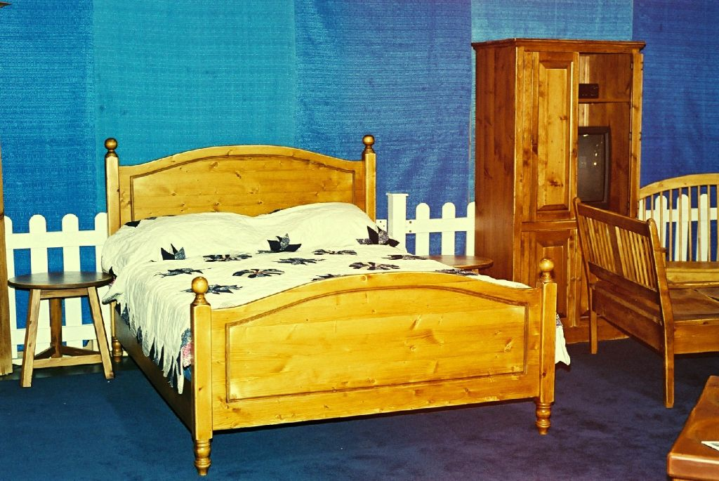 24. Panel bed